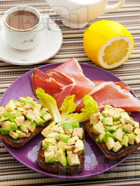 Полезни сандвичи за закуска с авокадо, шунка хамон (прошуто) и пълнозърнест хляб - снимка на рецептата